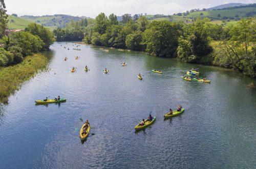 Canoas descendiendo río en Cantabria