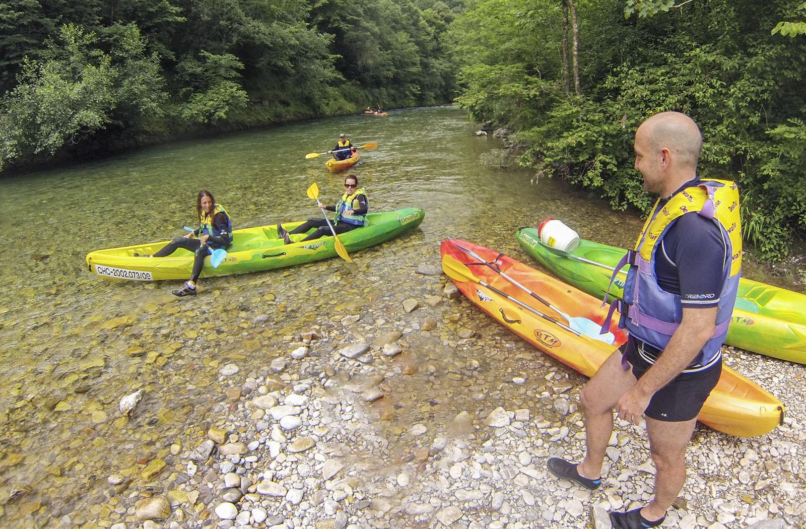 Canoas en el río