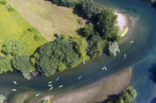 Canoas descendiendo el río