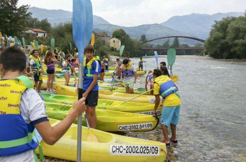 Chavales en canoa en Asturias
