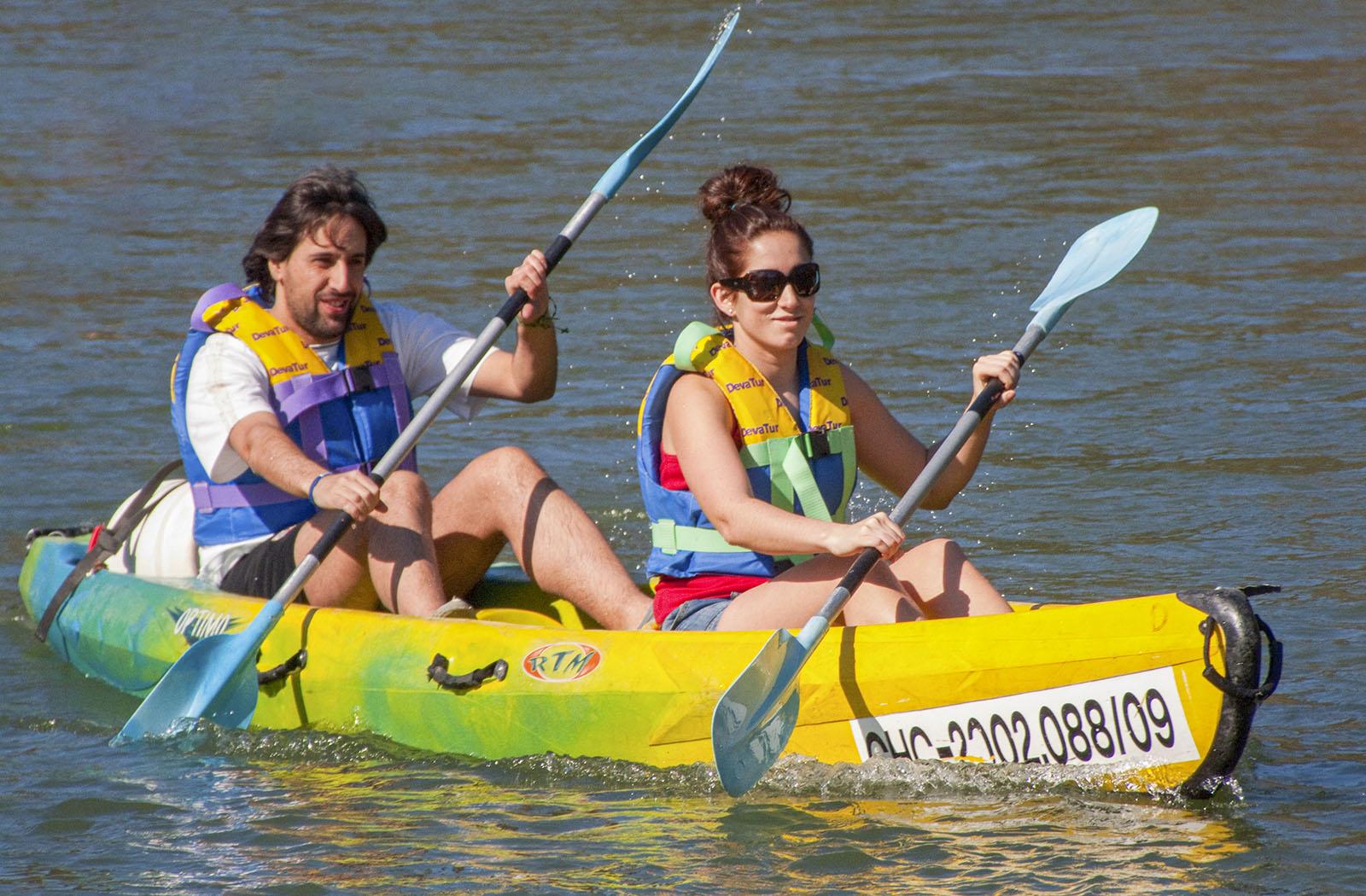 Pareja en canoa descendiendo el río